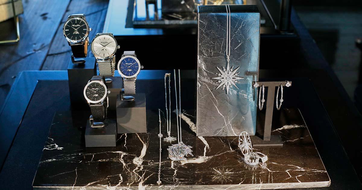 Besonders hingewiesen sei bei den Uhren auf das spezielle Mondphasen-Modell, dessen Sternenbild genau dem Gründungstag von Thomas Sabo im Jahr 1984 entspricht.