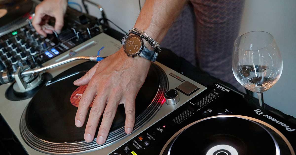 Auch DJ Chrissi! D legte mit einer personalisierten Watchpeople am Handgelenk auf.
